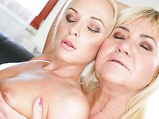Vinna Reed and grandma Pam Rosy lick assholes