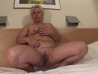 Older striptease in a hotel culos ends in uber-sexy masturbation